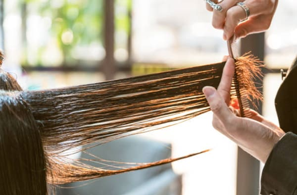 quando cortar o cabelo força crescimento