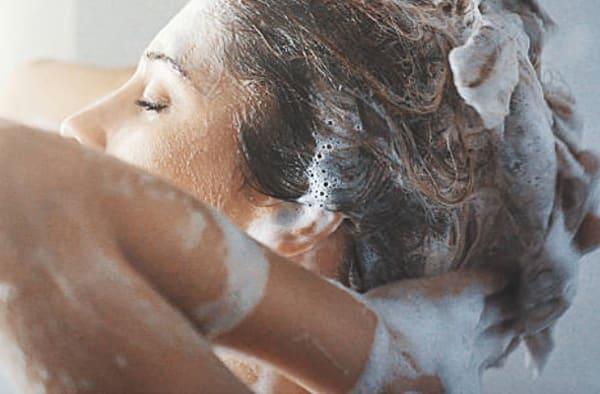 como lavar o cabelo