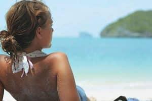 água do mar para o cabelo caspa praia