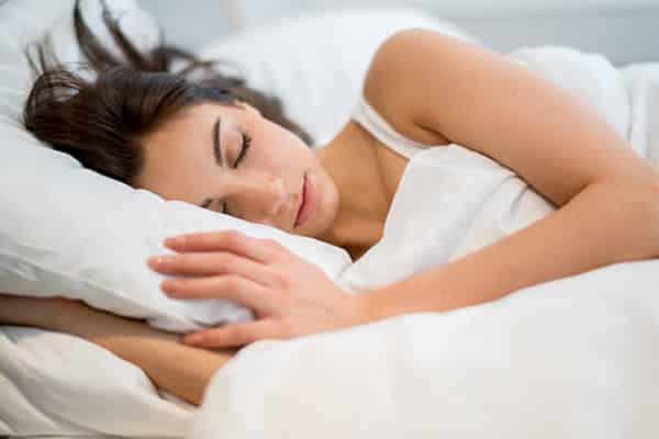 cabelo no travesseiro causa roupa de cama